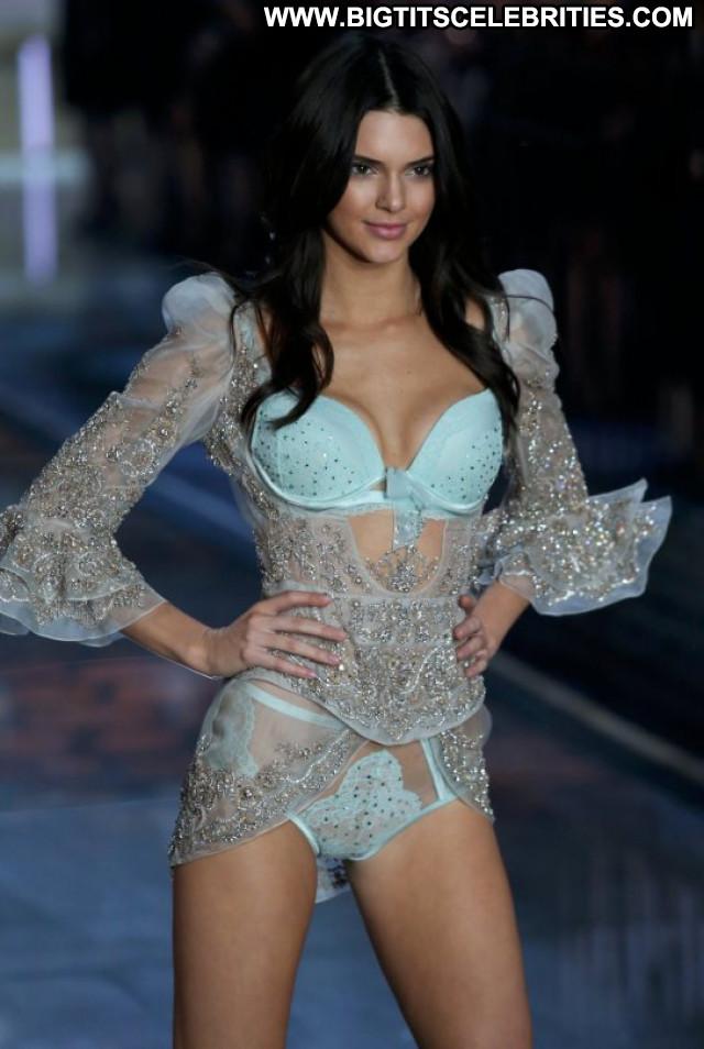 Kendall Jenner Fashion Show  Celebrity Fashion Babe Posing Hot