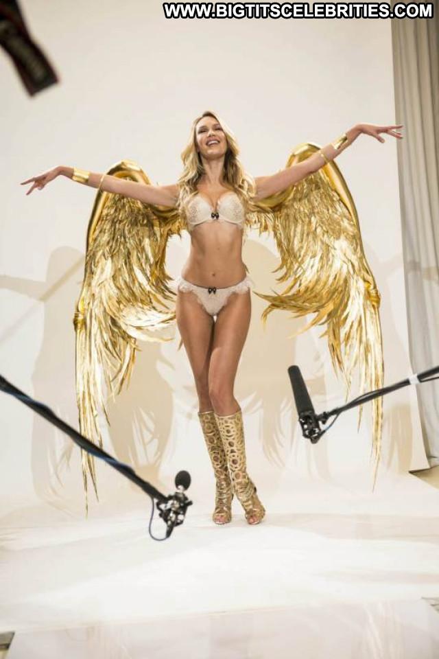 Candice Swanepoel Fashion Show  Beautiful Celebrity Posing Hot