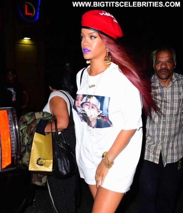 Rihanna Beautiful Babe Posing Hot Celebrity Paparazzi